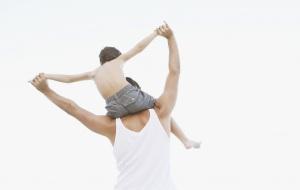 Padre e hijo en brazos