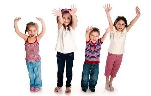 niños levantando manos