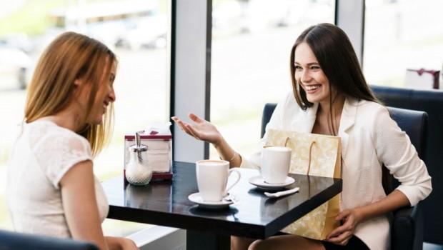 muchachas tomando cafe